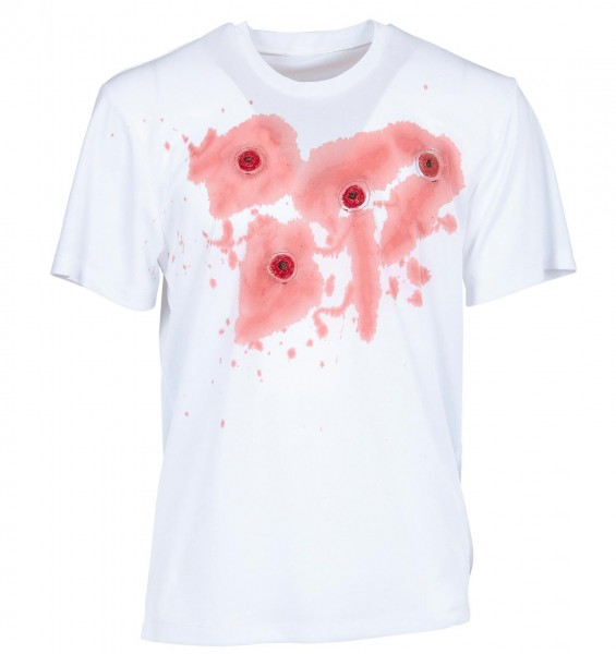 Maglietta insanguinata con fori di proiettile