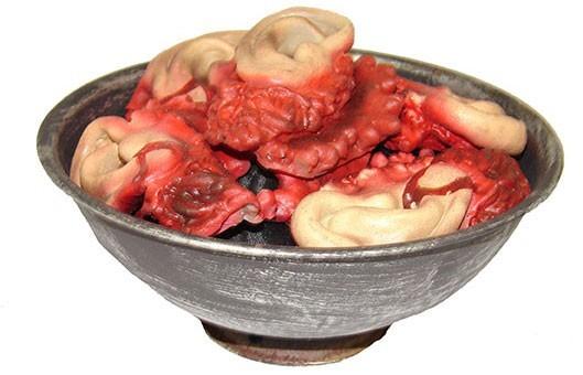 Abgetrennte Und Blutige Ohren In Schale 20cm