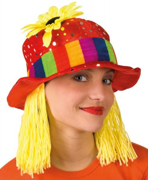 Kolorowy kapelusz klauna z żółtymi włosami