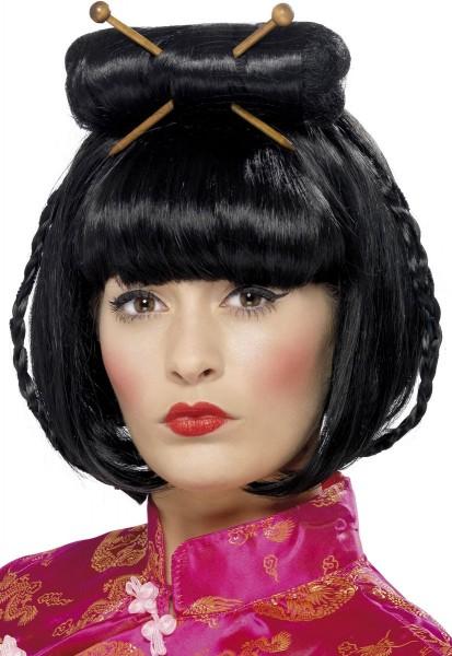 Perruque asiatique avec des bâtons de cheveux