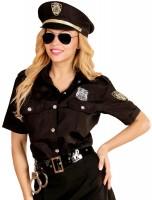 Policière sur chemisier de patrouille