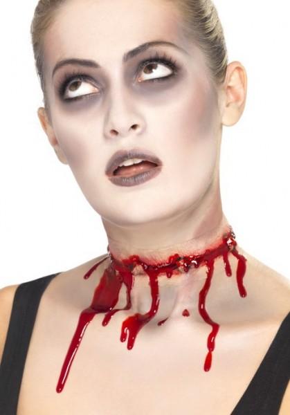 Adesivo con ferite da collo molto sanguinante